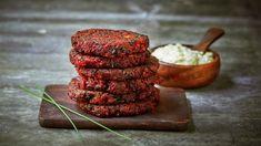 Lag saftige rødbetkaker som et vegetarisk alternativ til kjøttkaker. De egner seg både til middag og i matpakken. Her serverer vi kakene med en deilig tartarsaus, som du finner link til nederst på siden.