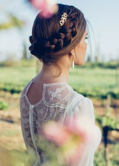 A crown braid brings sophistication to this elegant bridal look. Here are the 10 best wedding braids that you've got to try.