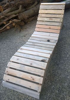 Cool Sun Lounger from Pallets / Sonnenliege #garden #palletdiyideas #palletlounger #recyclingwoodpallets A sun lounger made from pallet wood (slats) and a bottom plate. Uncertain I'm still on the coat!?! Eine Sonnenliege aus Palettenresten ( Latten )...
