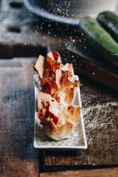A tökös-mákos rétes az Őrség egyik jellegzetes süteménye, amihez a tésztát óriási asztalokon nyújtják az asszonyok. Mi most némileg egyszerűsítettünk a hagyományos receptúrán; tök helyett a még mindig bőségesen kapható cukkinit használtuk, kézzel gyúrt tészta helyett pedig jó minőségű bolti réteslapot. Éhes gyerekeknek uzsonnára, rétesrajongó felnőtteknek az irodába tökéletes meglepetést szerezhetünk ezekkel a kis csomagokkal.