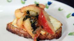 Hvit geitost på brød grilles i ovnen og serveres med karamelliserte eplebåter.