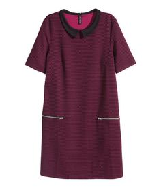 Jacquard-patterned dress in soft jersey with contrasting collar, short sleeves, and front pockets with zip.