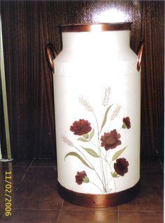 Las servilletas de mi alacena Milk Can Decor, Painted Milk Cans, Old Milk Cans, Milk Jug, Tole Painting, Vintage Metal, Oeuvre D'art, Pillar Candles, Folk Art