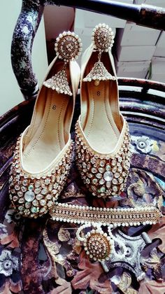 Code : Fk 004 PRICE For khussa only 3500 RS Earrings price : 1500 sizes 36 to 42 availble Flat Sandals Outfit, Shoes Flats Sandals, Wedding Slippers, Wedding Shoes, Indian Accessories, Fashion Accessories, Bridal Accessories, Indian Shoes, Indian Jewelry