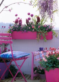 Flower-filled balconies always looks better and especially sojourn delight.