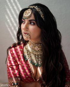 How To Adorn Open Bridal Hair For Your Intimate Wedding Ceremonies! Indian Wedding Hairstyles, Indian Bridal Outfits, Indian Wedding Jewelry, Bridal Hairstyles, Bridal Bun, Bridal Style, Clip Hairstyles, Bridal Jewelry Sets, Bridal Jewellery