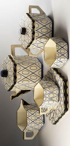 Stockar Rudolf (Doloplazy 1886 - 1957)  Kávový servis šestiboký, měkká kamenina, 10 kusů, obsahuje: 6 koflíků s miskami, konvice s víkem, mléčenka, cukřenka s víkem, miska, šestiboký tvar, smetanová glazura, černomodrý geometrický dekor, zlacená ucha a okraje, návrh Rudolf Stockar 1918 pro Artěl, zhotovila firma Graniton, Rydl a Thon, černá tištěná značka Tvar, Decorative Boxes, Pottery, Ceramics, Glass, Home Decor, Ceramica, Ceramica, Decoration Home