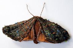 This would be incredible in seed beads! Fabric Copper Underwing Moth Brooch / Ornament / Vintage Wool Silk Brown / Made to Order. via Etsy. Fabric Butterfly, Butterfly Art, Butterflies, Textile Jewelry, Textile Art, Fabric Art, Fabric Crafts, London Bags, Fabric Brooch