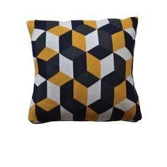Coussin en coton Host - Indispensable lors de la saison hivernale, cette collection de coussins 100% coton mise sur des patterns colorés et graphiques ! Véritables effets trompe-l'oeil, ces coussins décoratifs dynamisent avec style la surface d'un lit, d'un canapé ou d'un fauteuil : leurs coloris pop apportent une touche de chaleur à votre décoration intérieur tout en vous permettant de bénéficier d'un confort tactile résolument appréciable ! Existe en plusieurs modèles. Collection déclinée…