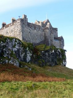 This is a Scottish castle, showing the history and culture of the country. It is called Duart Castle, Mull, Scotland. Scotland Castles, Scottish Castles, Scotland Uk, Beautiful Castles, Beautiful Places, Château Fort, Medieval Castle, Scotland Travel, Kirchen
