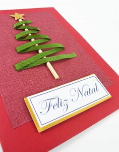 Como fazer um Cartão de Natal com papéis e fita Homemade Christmas Cards, Christmas Gift Wrapping, Christmas Art, Handmade Christmas, Christmas Decorations, Diy Natal, Quilling Work, Creative Gift Wrapping, Valentines Diy