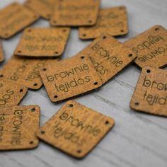 10 Etiquetas de Madera Handmade Ovaladas Alargadas - Altorrelieve.cl Dog Tags, Dog Tag Necklace, Tags, Handmade, Wood, Tejidos