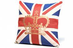 Ce Coussin drapeau anglais à la couronne dorée est un coussin qui vous transportera du côté de Buckingham palace.   http://www.declikdeco.com/p-coussin-british-couronne-45x45-cm-ruby-48037-2806.html