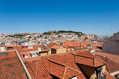 Intera casa/apt a Lisboa, PT. Nice and cozy apartment in the heart of Lisbon close to Largo do Carmo, Chiado, Baixa and Bairro Alto. Very well situated 4th floor Apartment with a Great View (no elevator so 4 levels to go up). Close to all sightseeing places, restaurants and tr...