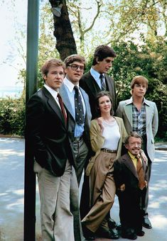 Star Wars cast out of costumes : Harrison Ford (Han Solo), David Prowse (Darth Vader), Peter Mayhew (Chewbacca), Carrie Fisher (Princess Leia), Mark Hamill (Luke Skywalker) and Kenny Baker cca 1977 Peter Mayhew, Star Wars Meme, Star Wars Cast, Star Wars Han Solo, Han Solo Leia, Star Trek, Carrie Fisher, Chewbacca, Kenny Baker