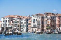 Descarga gratis esta imagen de los canales de Venecia. En concreto se aprecian las grandes casas situadas en uno de los canales. > http://imagenesgratis.eu/grandes-casas-en-los-canales-de-venecia/