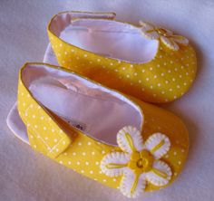 Baby shoes moccasins girl outfits new Ideas Doll Shoe Patterns, Baby Shoes Pattern, Diy Baby Gifts, Baby Crafts, Baby Doll Shoes, Baby Dolls, Sewing For Kids, Baby Sewing, Baby Girl Birthday Dress
