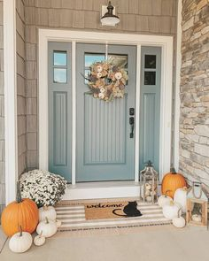 Great fall front door inspiration 🍁🍂🚪🎃 How do like idea? Front Door Paint Colors, Painted Front Doors, Fall Front Doors, Colored Front Doors, Rustic Front Doors, Farmhouse Front Doors, Painted Front Porches, Front Door Porch, Small Front Porches