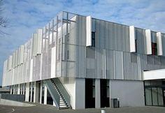 Diese Streckmetall-Fassade ist lichtdurchlässig und verleiht dem Gebäude Leichtigkeit: Leanmerk Horsens, Streckmetall als Sonnenschutz @ Stylepark