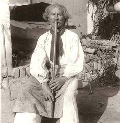 """""""A Dél - Dunántúl jellegzetes hangszere volt az ún. hosszi furugla, vagy ahogy ma mondjuk hosszú furulya. Decs 1910."""" Kép innen: Kerek Perec Egylet Folk Costume, Folklore, Hungary, Art Decor, 1, Traditional, Country, Painting, Rural Area"""