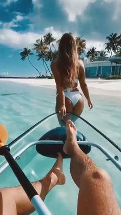 Beach Girls, Beach Day, Summer Beach, Beach Photography Poses, Beach Poses, Wild In The Streets, American Bikini, Cute Couples Kissing, Hot Cheerleaders