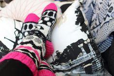 Melkein kuin uusi: Marimekko-villasukat (+ neulekaavio) Marimekko, Gloves, Socks, Legs, Knitting, Crafts, Fashion, Tricot, Moda