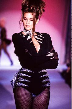 Cindy Crawford Qui fotografata nel 1991 sulla passerella dello show dello stilista Thierry Mugler.