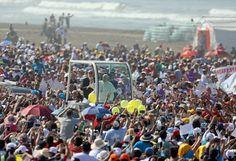 Papa Francisco pide luchar contra el feminicidio en América - El Papa Francisco saluda a su llegada para celebrar una misa en la playa de Huanchaco en Trujillo, Perú, 20 de enero de 2018. REUTERS/Pilar Olivares TRUJILLO, Perú (Reuters) – El Papa Francisco cerró el sábado su visita al norte de Perú con una petición a los fieles para que luchen contra l... - https://notiespartano.com/2018/01/21/papa-francisco-pide-luchar-feminicidio-america/