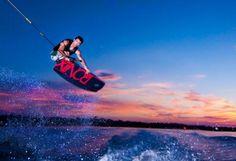Salto kitesurf al tramonto