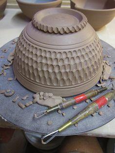 Excellent Screen Ceramics Projects wheel Style Töpfern an der Drehscheibe, große Schüssel aus Ton, Töpferinstrumente Ceramic Clay, Ceramic Decor, Ceramic Pottery, Pottery Art, Ceramic Bowls, Pottery Sculpture, Ceramic Sculptures, Slab Pottery, Sculpture Clay