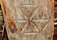 """Leluja = Rozeta z Sanoka (1681 r.) znana w Polsce także pod nazwą Gwiazda. Niegdyś popularny znak magiczny zapewniający opiekę domostwu, do dziś popularny na Podhalu. W wielu innych krajach znany także jako """"kwiat życia"""" (flower of life) lub gwiazda heksapetalna"""