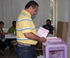 Julián Ricalde Magaña, presidente municipal de Benito Juárez acudió a votar #Elecciones2013
