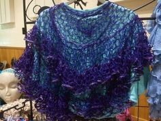 Video instructions for shawl from ruffle yarn Sashay Crochet, Crochet Ruffle Scarf, Quick Crochet, Knit Or Crochet, Crochet Scarves, Crochet Shawl, Crochet Clothes, Ruffle Yarn Projects, Sashay Yarn Projects
