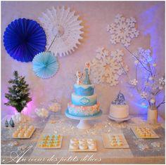 Buffet d'anniversaire à réaliser sur le thème de la Reine des Neiges. Chamallows au chocolat blanc et noix de coco, Sablés aux amandes en forme d'étoile, sablés vanille style flocon de neige... (Kids birthday Frozen)