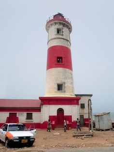 The Jamestown Lighthouse at Accra, Ghana, was erected in the 1930s to replace a former lighthouse dating from 1871.