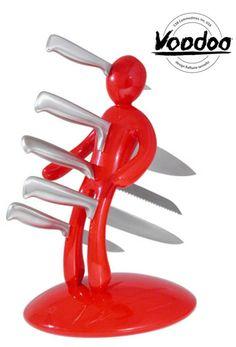Voodoo-Messerblock  Ein bisschen schwarzer Humor kann ja nie schaden, nicht mal in der Küche. Wie wäre es daher mit diesen fünf schicken Messern in einem ziemlich außergewöhnlichen Messerblock?