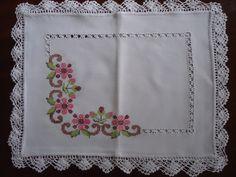 Bordada a Mão  Lindas e delicadas toalha de Bandeja,tecido de linho,  bordada em ponto cruz,barra de crochê. Avesso perfeito. Tamanho 40 cm x 32 cm