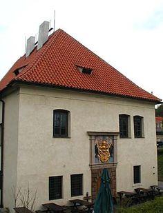 L'ancienne douane Na Vytoni, Prague, Tchéquie. Aujourd'hui le Poskali Muzeum. Ce bâtiment du 16ème siècle est le dernier vestige de l'ancien village de Podskalí, la maison des marchands de bois, des charpentiers et des pêcheurs. Les taxes sur le bois flotté en bas de la Vltava par les radeaux de troncs étaient recueillies dans la maison des douanes; aujourd'hui ce bâtiment contient un petit musée consacré à l'histoire de Podskalí, et à la vie des gens du fleuve.