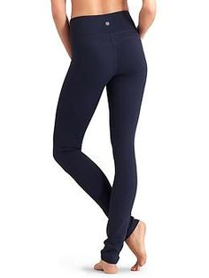 Could this be the perfect yoga pant? Skinny Up Pant - Our most supportive fabric in a high-waisted, skinny-leg tight that delivers a long, lean look with our Unpinchable waistband. Waist Workout, Workout Wear, Skinny Waist, Skinny Legs, Mom Outfits, Cute Outfits, Perfect Wardrobe, Fitness Fashion, Yoga Pants