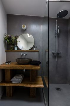 Studio Paris: 22 of character for two people - The smooth, seamless bathroom, completely covered with waxed concrete. Bathroom Towel Decor, Bathroom Storage, Bathroom Shelves, Bad Inspiration, Bathroom Inspiration, Modern Bathroom, Small Bathroom, Studio Paris, Wooden Shutters