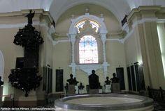 Visite el Panteón de los Héroes en Lima.  Gran parte de la historia de los libertadores del Perú están reunidos en una cripta dentro de la antigua Iglesia del Real Colegio de San Carlos, que recibe el nombre de Panteón de los Próceres.
