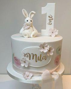 Creative Birthday Cake Ideas for Girls - Idei - Kuchen 1st Birthday Cake For Girls, Baby Girl Birthday Cake, Creative Birthday Cakes, Baby Girl Cakes, Baby Birthday Cakes, Cake Baby, 1 Year Old Birthday Cake, Birthday Ideas, Elegant Birthday Cakes