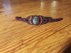 bracelet macramé constituée d'une pierre semi précieuses labradorite et d'un tissage de couleurs  violet orange et bleu. Propriétés : La labradorite est une pierre de protec - 19350656
