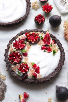 This recipe is rich, decadent, sweet and tart all wrapped into one. The base is a sweet chocolate almond mixture, filled with tart coconut yogurt and topped with lush figs, fresh mint and white berries. Raw Vegan Desserts, Vegan Sweets, Vegan Raw, Vegan Recipes, Vegan Meals, Vegan Life, Vegan Food, Salted Chocolate, Chocolate Desserts
