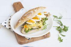 Een bekend broodje van de HEMA is die met Surinaamse kip en een superlekkere kerriesaus. Je kunt 'm thuis heel goed namaken! Blogger Annemieke van...