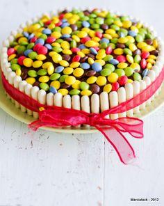 Une recette rapide et facile à faire de gâteau d'anniversaire aux smarties et fingers qui fera le bonheur des enfants avec un gâteau tout coloré ! Hippie Birthday, Campbells Recipes, Sweet Corner, Mickey Mouse Cake, Mud Pie, Kids Meals, Great Recipes, Sprinkles, Cake Decorating