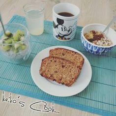 Un petit déjeuner pour faire le plein d'énergie !!! Pain d'épices maison bio saveur  d'antan... Jus detox au citron vert, muesli et chia pudding au kiwi...