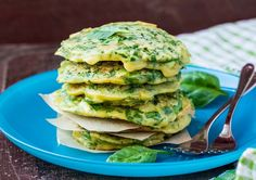 Try this delicious green pancakes with one of our tasty smoothie recipes to create a delicious healthy breakfast. Baby Food Recipes, Diet Recipes, Vegetarian Recipes, Pancakes For Dinner, Yummy Smoothie Recipes, Feta Salad, Greens Recipe, Foods To Eat, Diet Menu