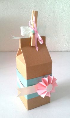 Cartón de leche con roseta Easy Craft Projects, Easy Crafts, Milk Box, World Crafts, Birthday Box, Wedding Favor Boxes, Bracelet Crafts, Gift Bags, Gift Baskets