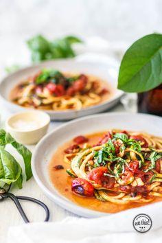 Zucchinispaghetti mit geroesteter Marinara und schwarzem Knoblauch